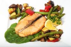 油煎的三文鱼蔬菜 免版税库存图片