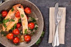 油煎的三文鱼蔬菜 库存图片