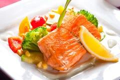 油煎的三文鱼蔬菜 免版税库存照片