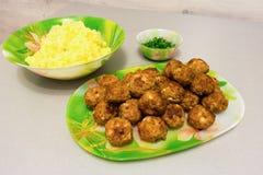 油煎的丸子用土豆泥和新鲜的草本 库存照片