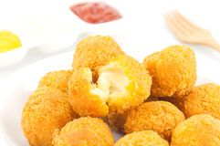 油煎的乳酪球用土豆和芥末酱 免版税库存照片