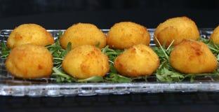 油煎的乳酪球用无盐干酪乳酪开胃菜填装了 库存照片