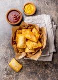 油煎的乳酪empanadas 在黏土的传统拉丁美洲的快餐服务了碗用辣味番茄酱和芥末 顶视图 库存图片