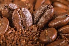 从油煎的咖啡粒的背景 免版税库存图片