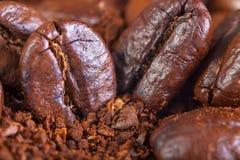 从油煎的咖啡粒的背景 免版税库存照片