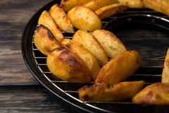 油煎的土豆片断在格栅的 免版税图库摄影