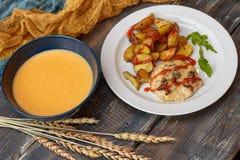 油煎的土豆用肉和南瓜汤 图库摄影