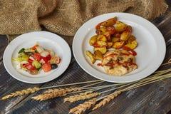 油煎的土豆用肉和沙拉 免版税库存照片