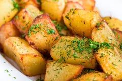 油煎的土豆用莳萝 免版税库存照片