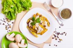 油煎的土豆用蘑菇小汤  库存图片
