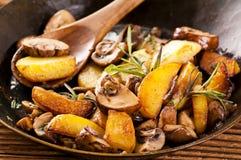 油煎的土豆用蘑菇 库存照片