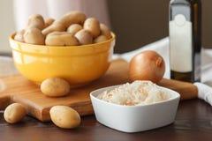 油煎的土豆的成份用德国泡菜 免版税库存照片