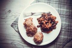 油煎的土豆薄烤饼和豆 免版税库存照片