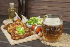 油煎的土豆薄烤饼用大蒜 传统捷克食物 准备自创食物 库存图片