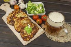 油煎的土豆薄烤饼用大蒜 传统捷克食物 准备自创食物 图库摄影