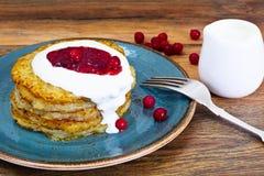 油煎的土豆薄烤饼用蔓越桔果酱 白俄罗斯语和德语 免版税库存图片