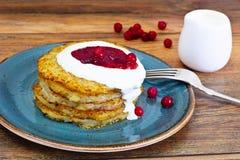 油煎的土豆薄烤饼用蔓越桔果酱 白俄罗斯语和德语 库存照片