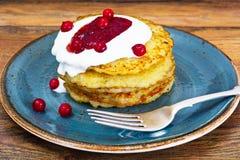 油煎的土豆薄烤饼用蔓越桔果酱 白俄罗斯语和德语 图库摄影