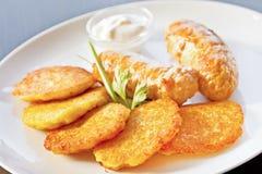 油煎的土豆薄烤饼用鸡香肠 免版税图库摄影
