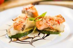 油煎的夏南瓜切片和熏制鲑鱼 免版税库存图片