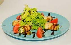 油煎的夏南瓜用乳酪和菜 免版税库存图片