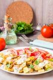 油煎的夏南瓜用希腊白软干酪、蕃茄、草本和葱 免版税库存照片