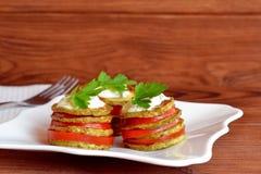 油煎的夏南瓜用新鲜的蕃茄、酸奶和荷兰芹 油煎的夏南瓜开胃菜食谱 容易的菜快餐 库存图片