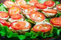 油煎的夏南瓜用蕃茄用蒜酱油 传统俄国开胃菜 库存照片