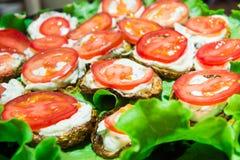 油煎的夏南瓜用蕃茄用蒜酱油 传统俄国开胃菜 图库摄影