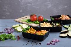 油煎的夏南瓜,茄子,与烤鸡翅,未加工的蔬菜的红色煮沸的豆 免版税库存图片