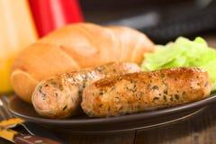 油煎的多味腊肠用小圆面包 免版税库存照片