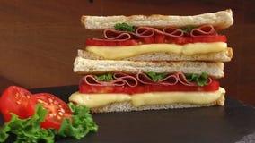 油煎的多士用乳酪石表面上的蕃茄蒜味咸腊肠转动 股票录像