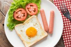 油煎的多士用鸡蛋、香肠和杯子咖啡 顶视图 免版税库存图片