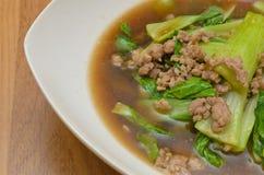 油煎的大白菜与剁碎在牡蛎调味汁的猪肉 免版税库存照片