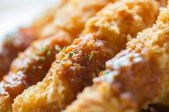 油煎的大虾球或天麸罗虾紧密用调味汁 库存图片