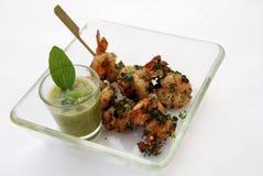 油煎的大虾被混合的泰国草本调味汁 图库摄影