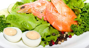 油煎的大虾食物用沙拉和鸡蛋 免版税库存图片