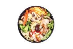 油煎的大面条用煎蛋卷冠上了在汤的混杂的菜 库存照片