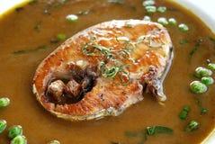 油煎的大鲭鱼用绿色辣味番茄酱 库存图片