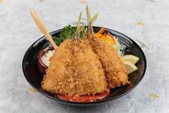 油煎的天麸罗白垩粉钓鱼或asohos用家庭做的西红柿酱供食用切的圆白菜、莴苣、柠檬和蛋沙拉 库存照片