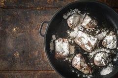 油煎的安格斯牛肉用在平底锅顶视图的面粉 免版税库存照片