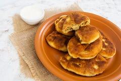 油煎的小馅饼用土豆和肝脏 图库摄影