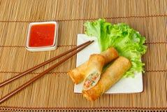 油煎的春卷,在有筷子的一块板材削减的,一 免版税图库摄影