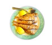 油煎的梭鱼板材用柠檬、叉子和匙子 免版税库存照片