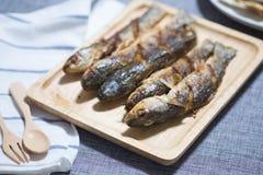 油煎的梭鱼鱼在木盘子服务 免版税库存照片
