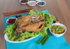 油煎的海鲈冠上了与美味鱼子酱菜单 库存照片