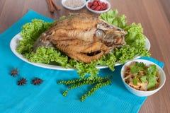 油煎的海鲈冠上了与美味鱼子酱菜单 免版税库存照片