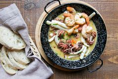 油煎的海鲜,虾,章鱼,在板材的乌贼 库存照片