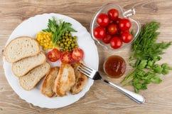 油煎的火鸡肉,在盘,番茄酱,绿色,蕃茄的面包 库存照片