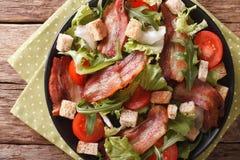 油煎的烟肉、蕃茄、油煎方型小面包片和莴苣特写镜头沙拉在a 库存图片